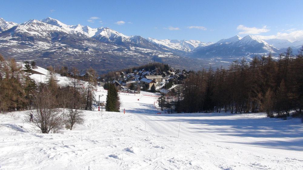 La station de ski de Laye et ses résidences face à la vallée du Champsaur - © Stéphane GIRAUD-GUIGUES / Skiinfo