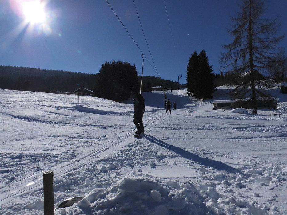 Conditions de ski idéales (neige fraiche et soleil généreux) sur les pistes de ski du poli - © Domaine skiable du Poli