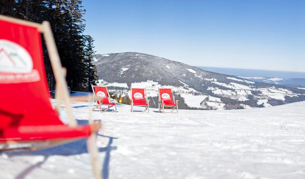Liegestühle und Sonnenplätze im Skigebiet - © Schischaukel Mönichkirchen-Mariensee