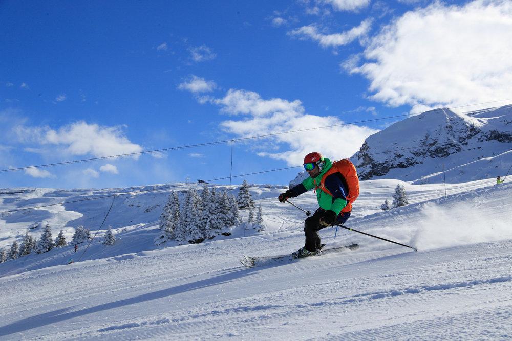 Conditions de ski idéales (neige fraiche et soleil généreux) sur le domaine skiable de Flaine - © OT Flaine / Monica Dalmasso
