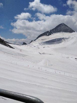 Hintertuxer Gletscher - im Sommer Ski fahren ist schon cool. Nur der Schnee ist stellenweise ziemlich stumpf... - © Anonym