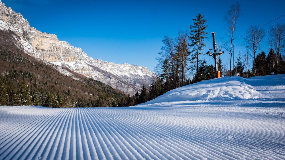 Sur les pistes de ski fraichemenet damées du Col de Marcieu - © Bruno Lavit