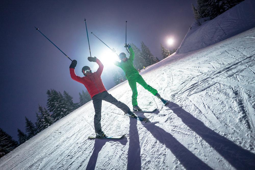 Manigod offre l'un des plus grands domaines de ski nocturne des Alpes - © Manigod Labellemontagne