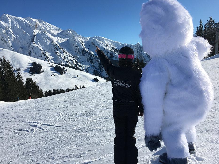 Skier en tutoyant les sommets sur le domaine de Manigod - © Manigod Labellemontagne