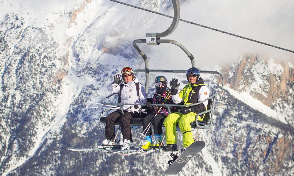 Embarquez à bord du télésiège des Prés, direction les pistes de ski de Puy Saint Vincent - © Thibaut BLAIS / OTI du Pays des Écrins
