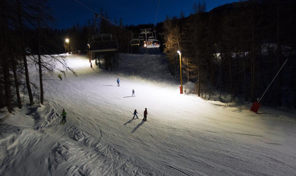 Puy Saint Vincent propose de prolonger le plaisir de la glisse jusque tard le soir grâce à ses pistes éclairées - © Thibaut BLAIS / OTI du Pays des Écrins