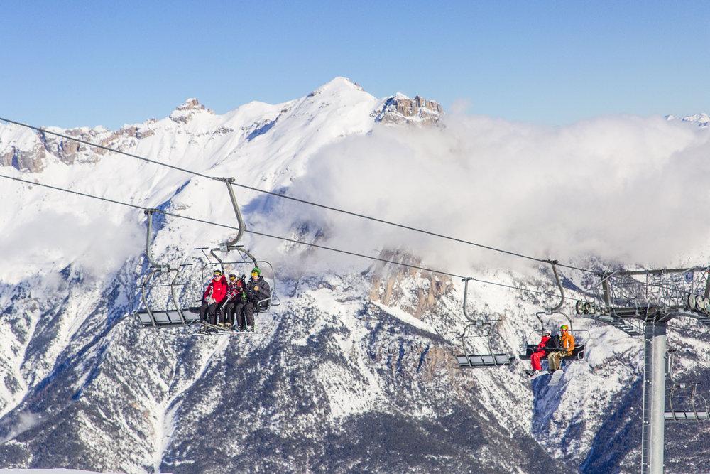 Ambiance haute montagne et décor de carte postale sur les télésièges de Puy Saint Vincent - © Thibaut BLAIS / OTI du Pays des Écrins