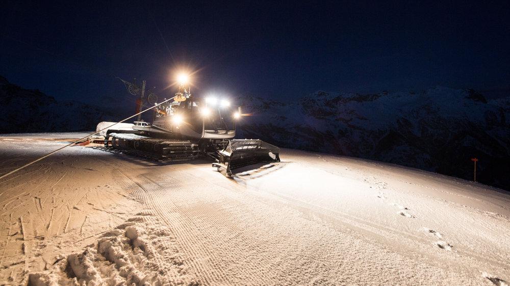 Les dameuses vous préparent le terrain. Demain sera encore une belle journée de glisse sur les pistes de Pelvoux Valouise ! - © Thibaut BLAIS / OTI du Pays des Écrins
