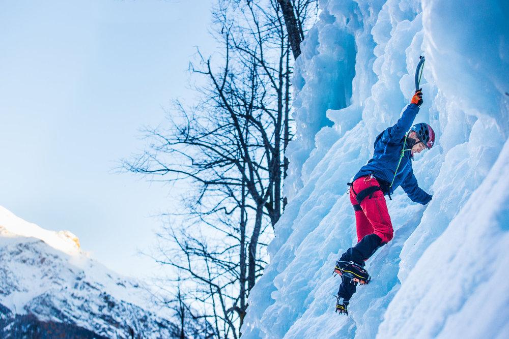 Pelvoux est aussi un haut lieu de la cascade de glace. Des initiations et compétitions s'y déroulent régulièrement. - © Thibaut BLAIS / OTI du Pays des Écrins