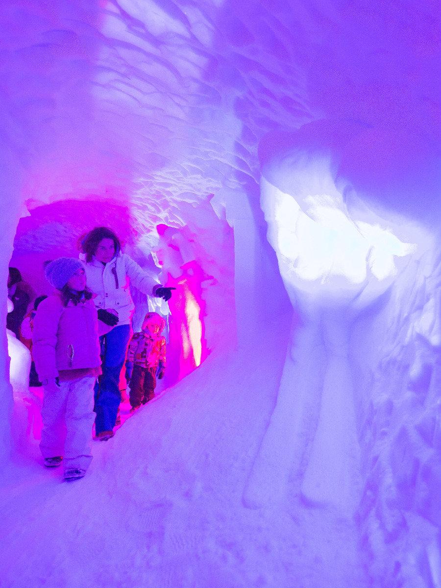 L'igloo de Pelvoux et ses magnifiques sculptures sur neige/glace, un incontournable durant votre séjour... - © Thibaut BLAIS / OTI du Pays des Écrins