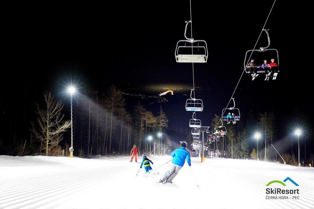 Večerní lyžování na nejdelší osvětlené sjezdovce v Česku - na Protěži - © SkiResort ČERNÁ HORA - PEC