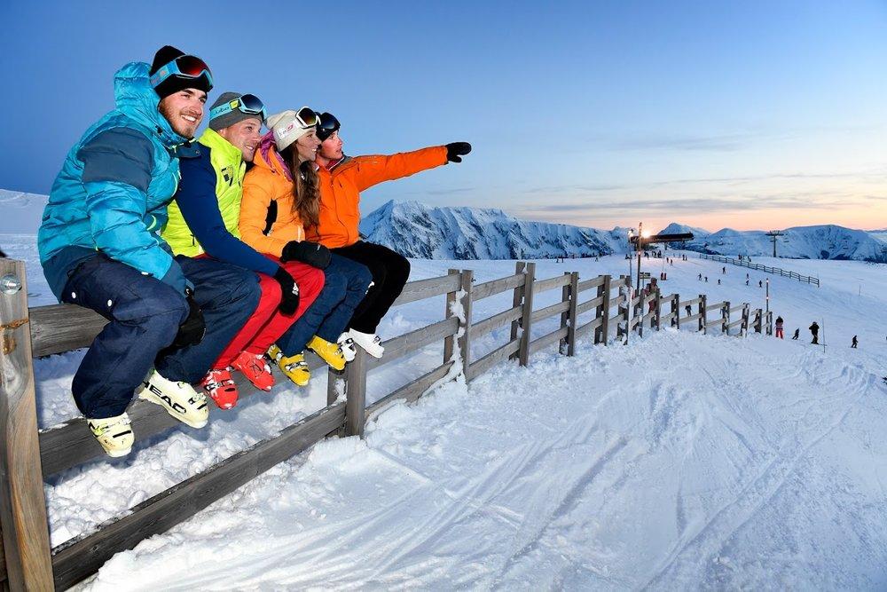 Ski entre amis sur les pistes enneigées de Chamrousse - © Fred Guerdin / Office de Tourisme de Chamrousse