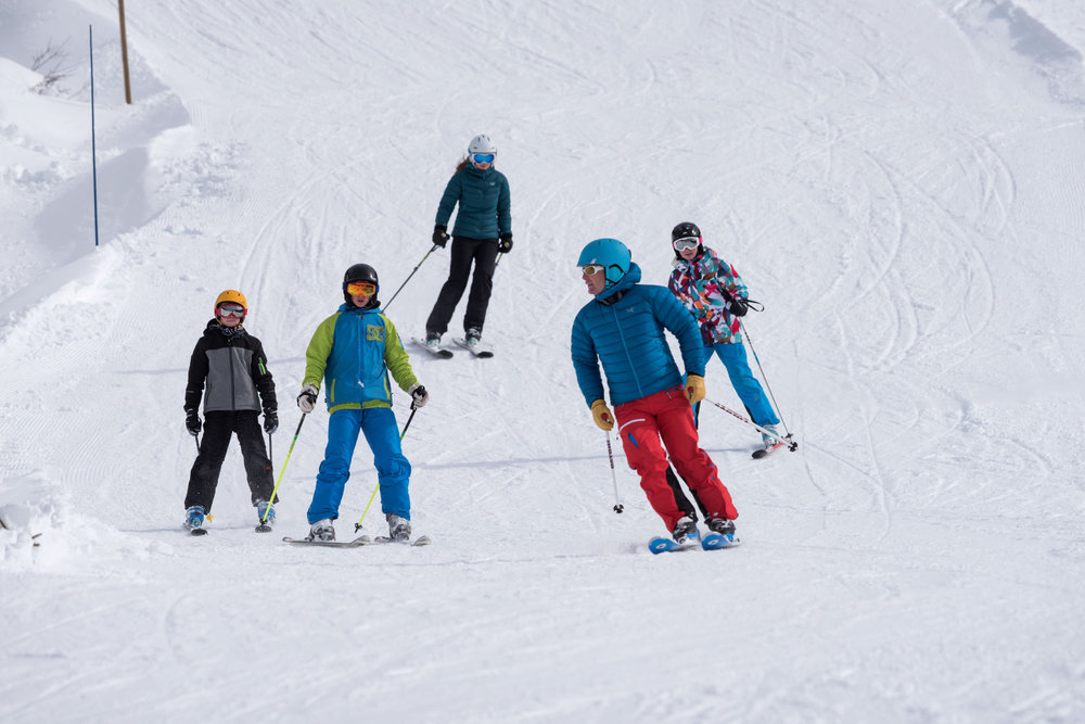 Joies du ski en famille sur les pistes enneigées du Roc d'Enfer - © Domaine du Roc d'enfer