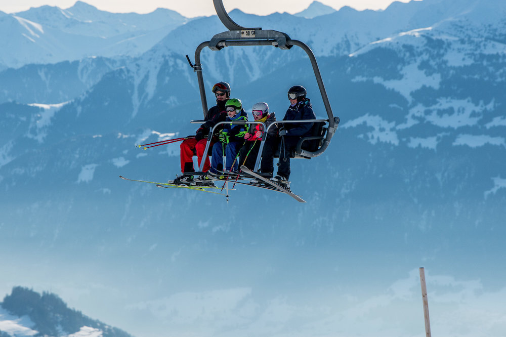 Entspannte Liftfahrt - © Surselva Tourismus AG