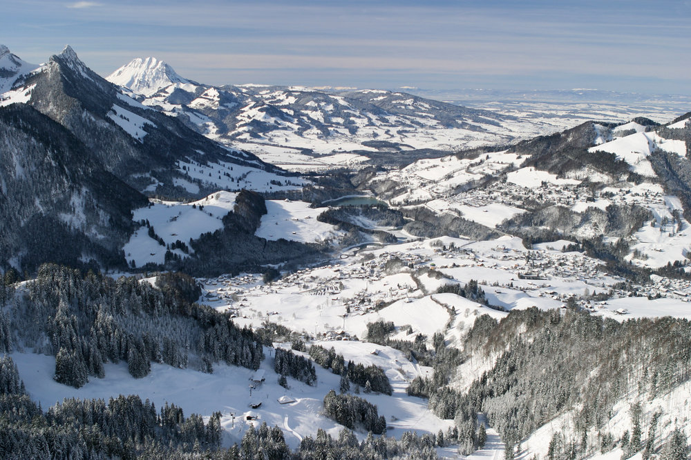 Traumhafter Ausblick ins Tal vom Skigebiet Charmey - © Eric Fookes