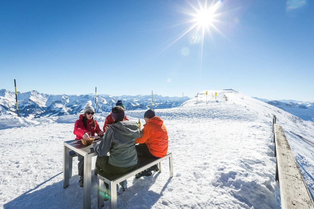 Mittagspause am Gipfel Le Moléson - © Pascal Gertschen