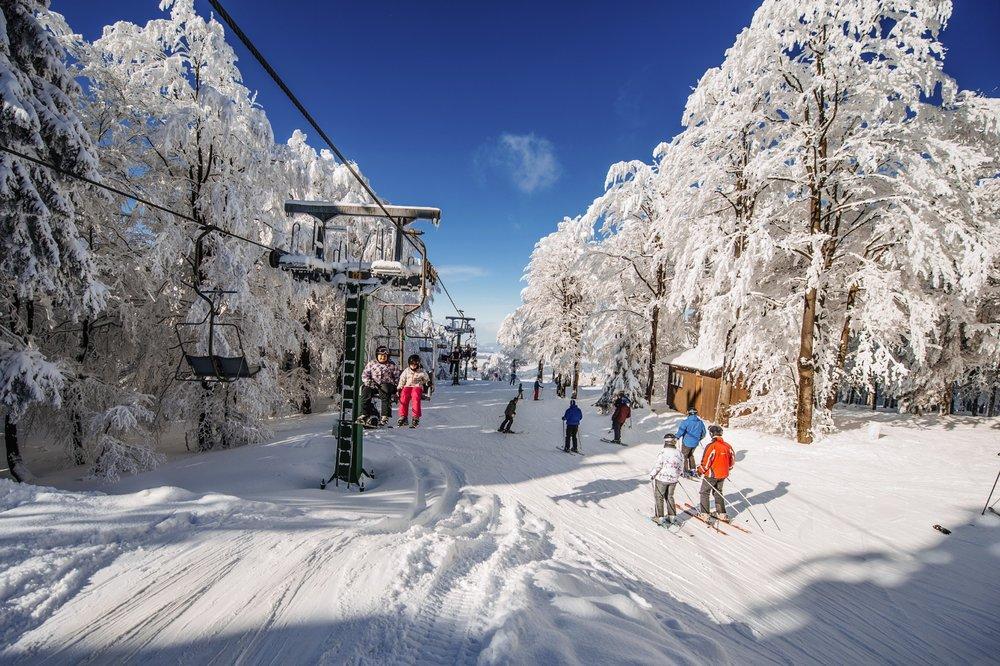 Na čenkovické straně Bukové hory přepravuje lyžaře dvousedačková lanovka. - © Skiresort Buková hora