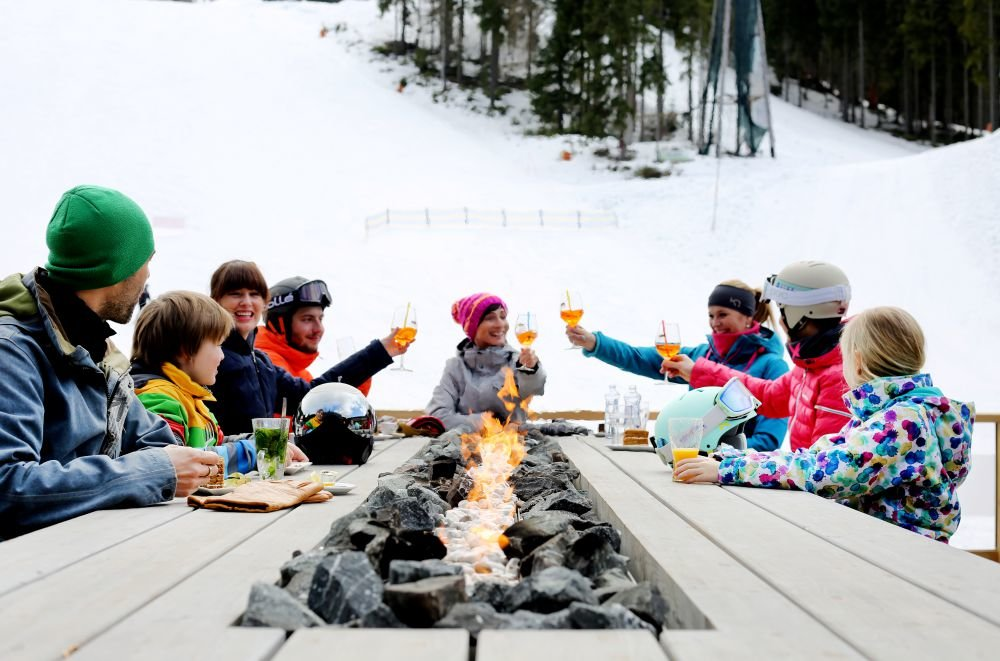 Moderní apres-ski u stolu se zabudovaným otevřeným krbem - Skiareál Špindlerův Mlýn - © Skiareál Špindlerův Mlýn