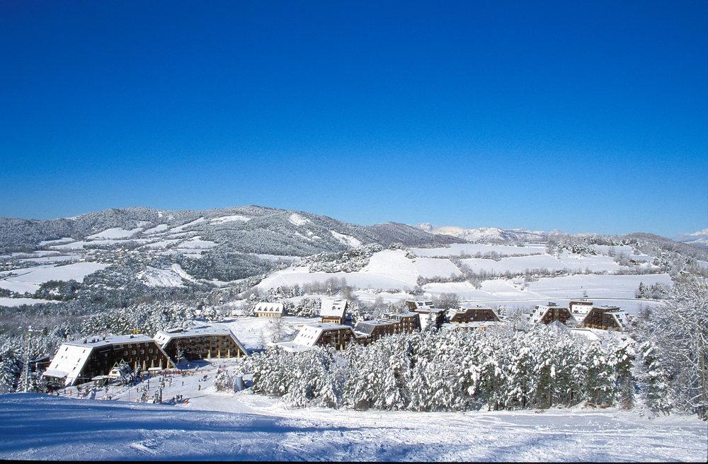 Vue sur la station de ski de St Jean Montclar et son front de neige - © Station de ski de Montclar
