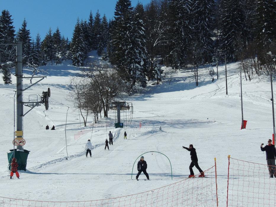 Apprentissage du ski tout en douceur sur l'espace débutant de Montmin - © SAEM Montmin