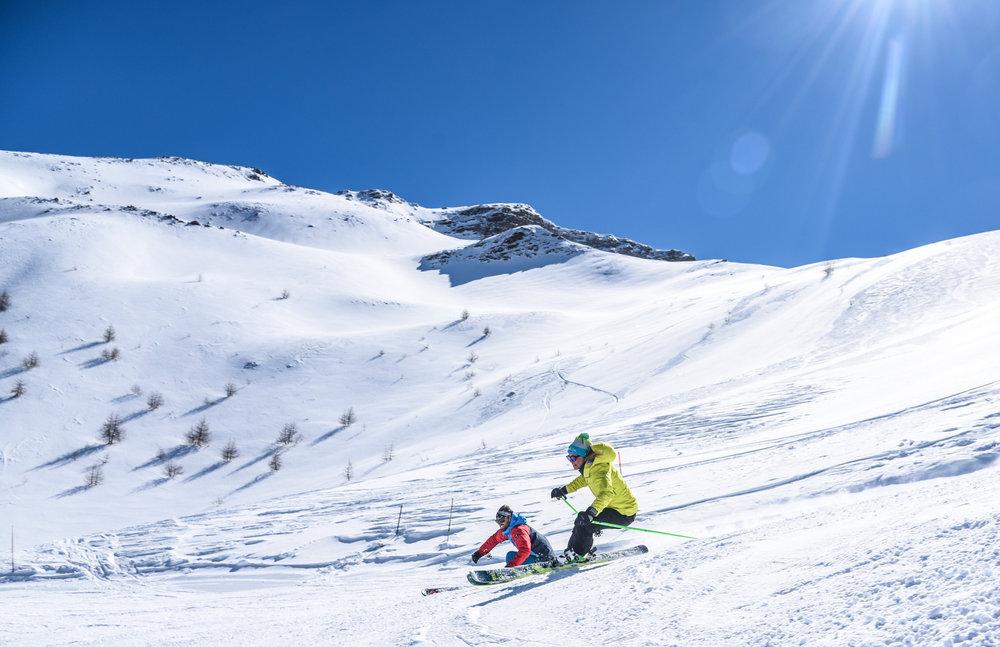 Conditions de ski idéales (soleil et neige fraîche) sur les pistes de ski du Sauze - © Manu Molle