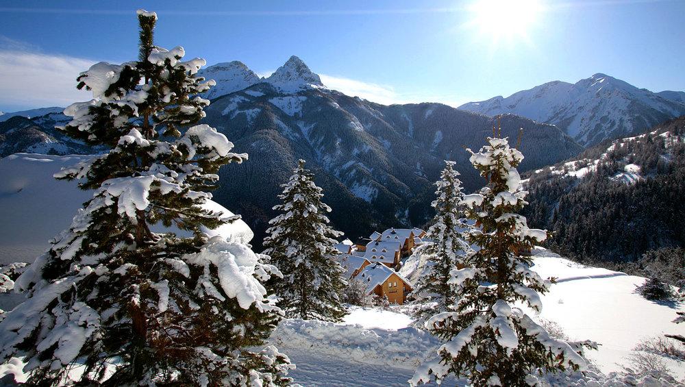 Ambiance hivernale et décor de carte postale dans le hameau de Praloup Molanes - © Manu Molle