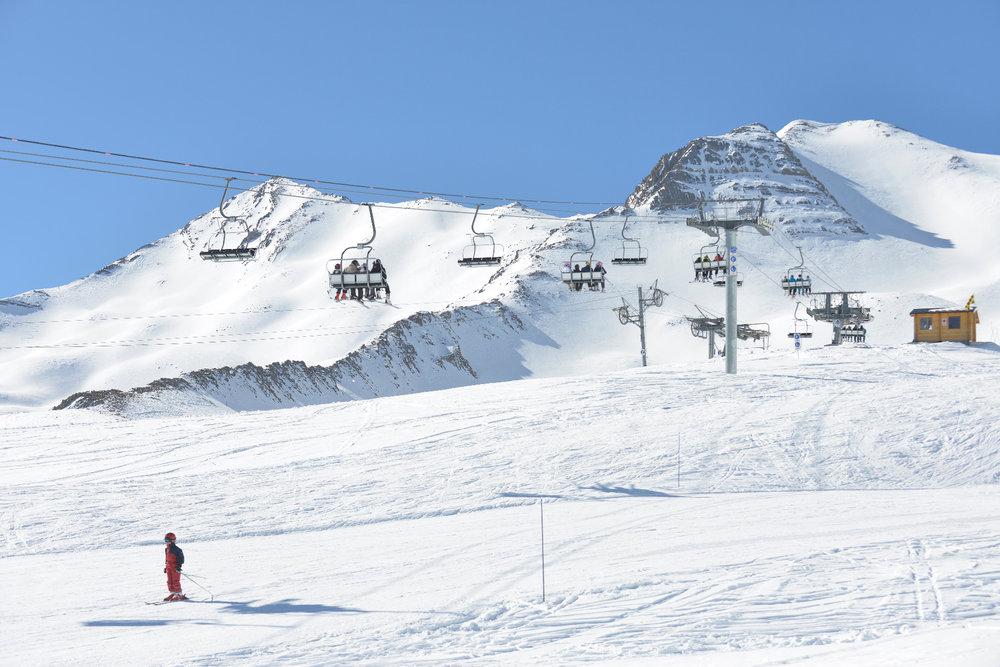 Conditions de ski idéales (soleil et neige fraîche) sur les pistes de ski de Sainte Anne la Condamine - © Manu Molle