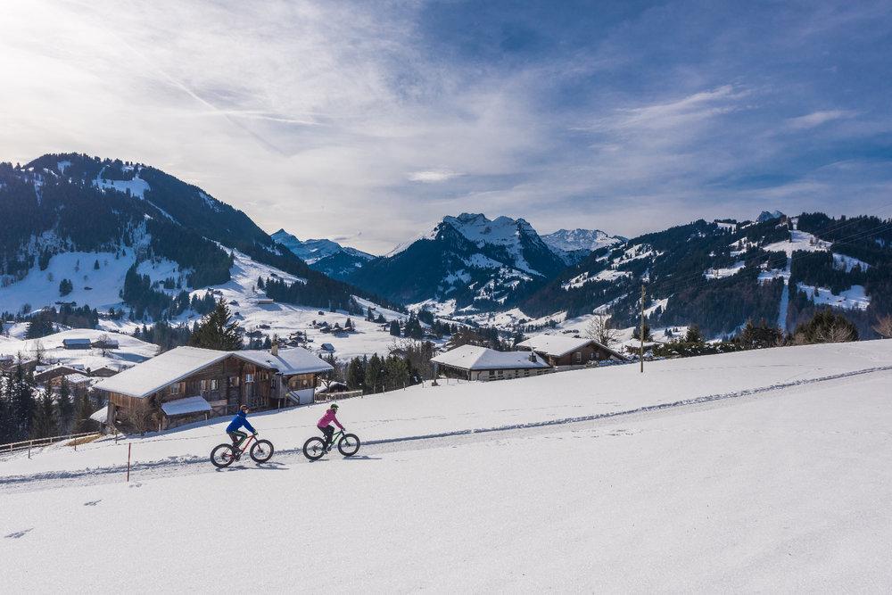 Outre le ski, Gstaad offre un terrain de jeu propice à la pratique d'innombrables activités hivernale (dont le fatbike) - © Gstaad Saanenland Tourismus