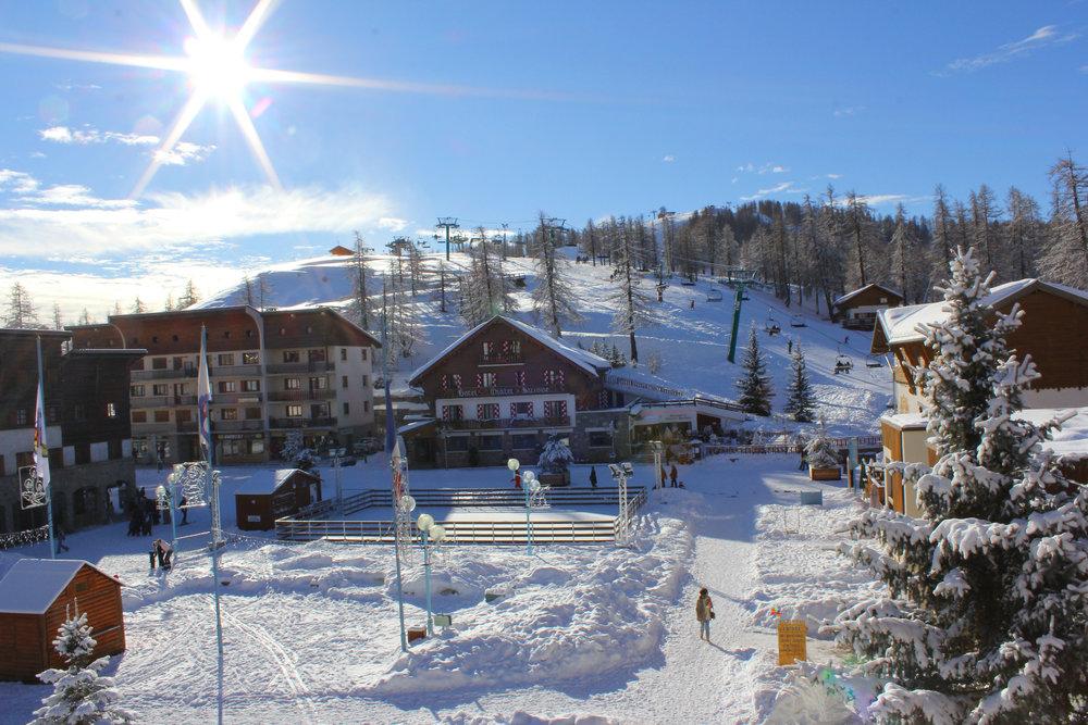 Vue sur la station de ski de Valberg, sa place et son front de neige - © OT Valberg