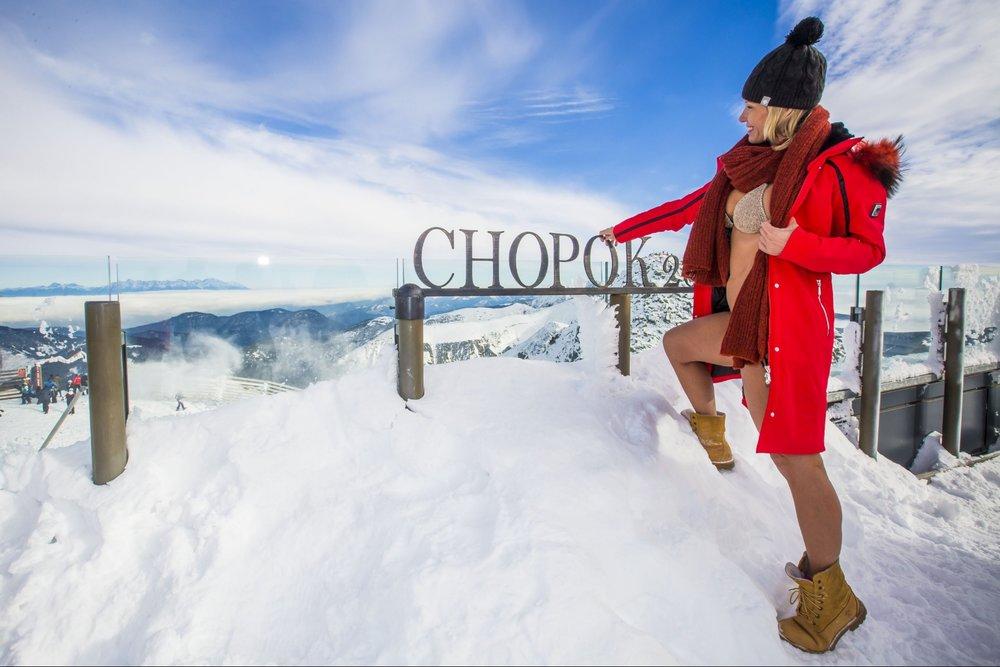 Televízna moderátorka Erika Barkolová sa na Chopku pri štarte lyžiarskej sezóny predviedla v plavkách - © TMR, a.s.