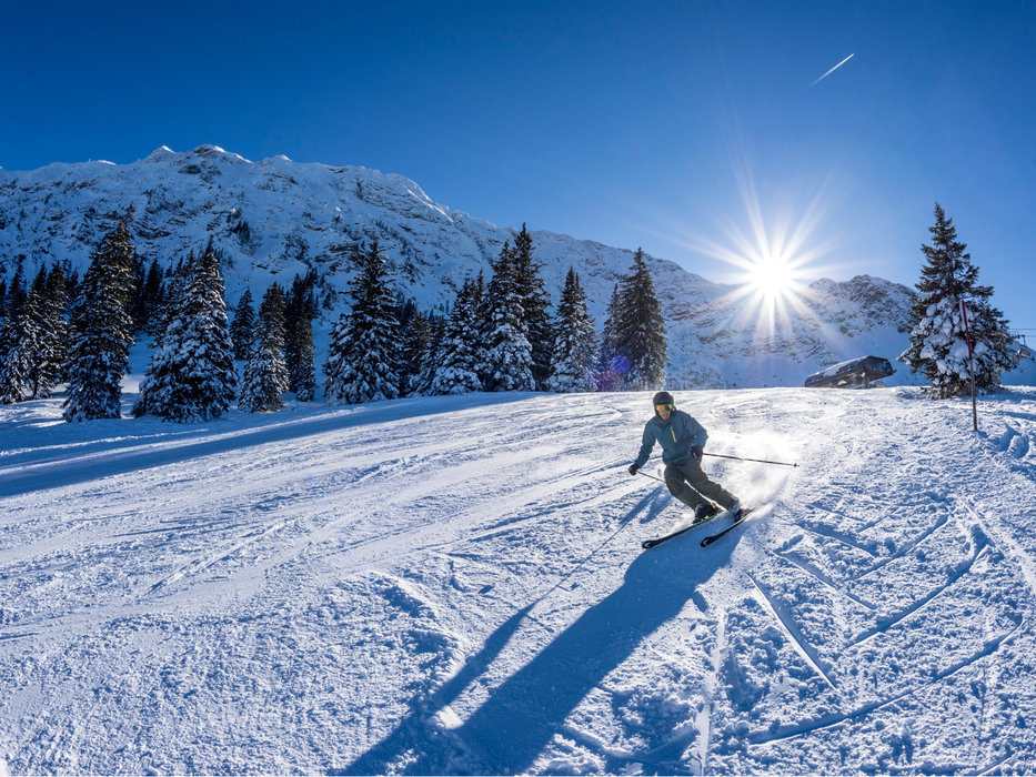 Skifahrer im Skigebiet Oberjoch - ©  Bergbahnen Hindelang-Oberjoch/Dominik Berchtold