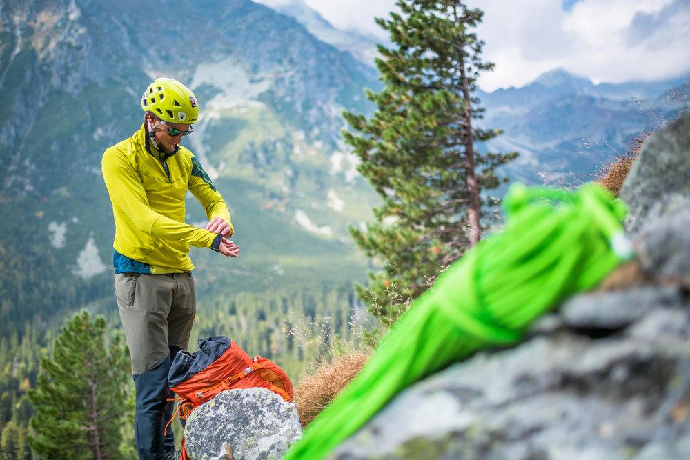 Ein atmungsaktives Fleece gehört für Adam Bielecki zur Grundausstattung bei allen Aktivitäten in den Bergen - © BLACKYAK | Wierzejski