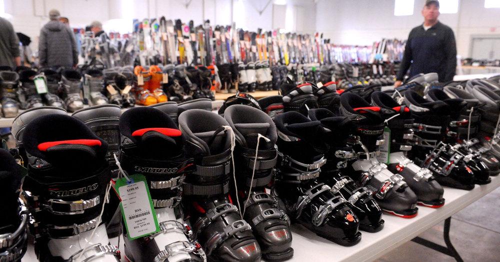 Skis, snowboards, chaussures et batons de skis... Les bourses aux skis regorgent de bonnes affaires !