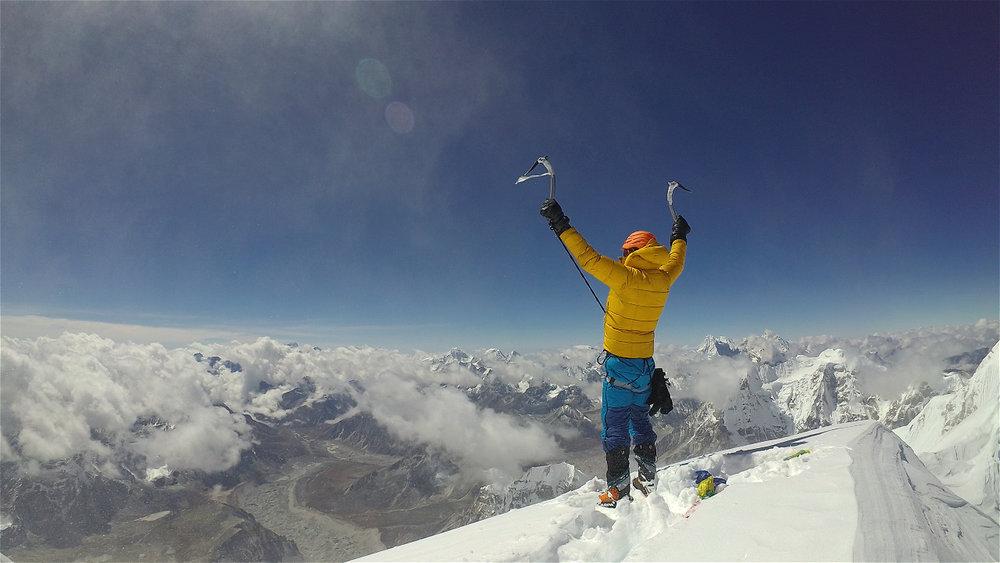 Jost Kobusch auf dem Gipfel des Nangpai - © BlackYak
