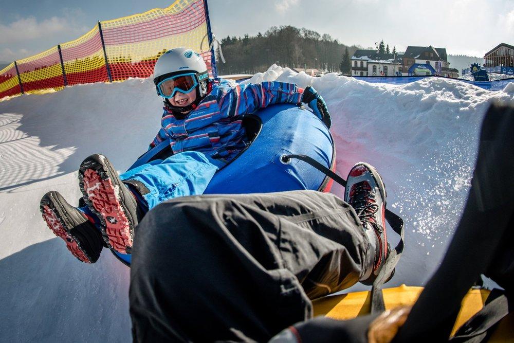 LIVE park na Černej hore v lokalite Formánky ponúka 2 snowtubingové dráhy, jednu s klopenkami a druhú rovnú - © SkiResort ČERNÁ HORA - PEC