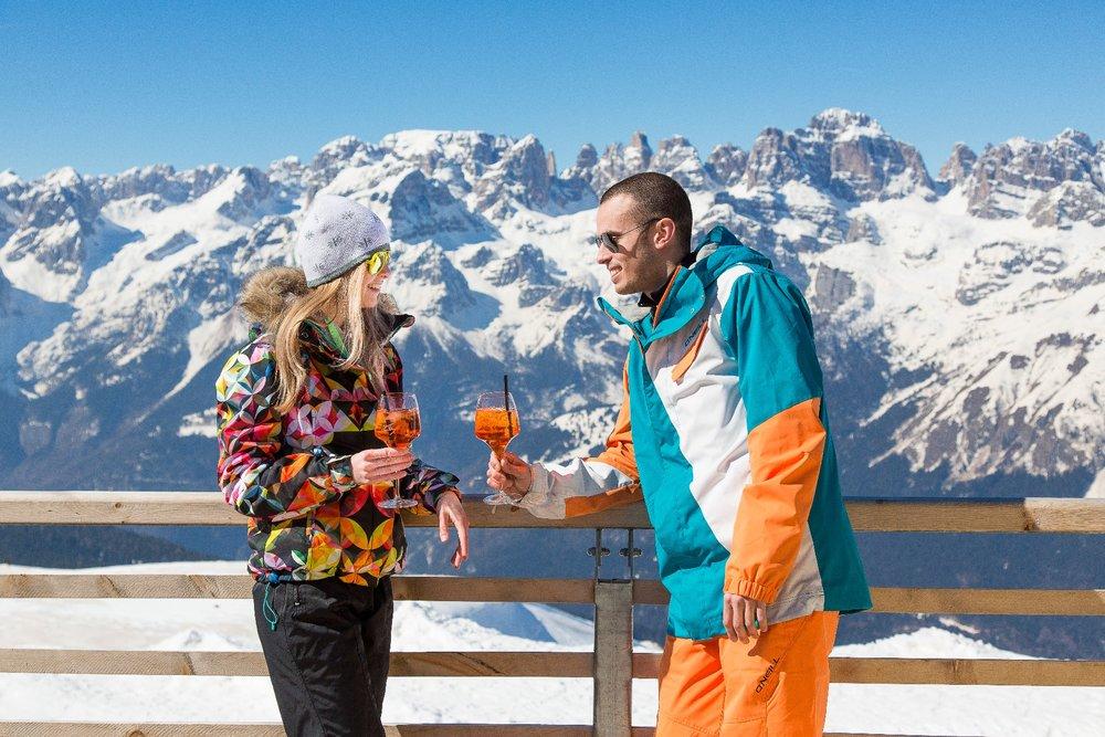 Ceny v horských chatách a reštauráciach priamo na svahoch bývajú dosť vysoké. Pokiaľ nechcete zbankrotovať, nastavte pred odjazdom jasné rozpočtové pravidlá. - © Ph. Hollywood