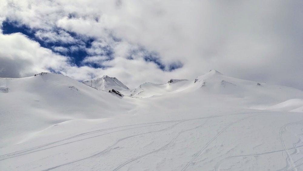 Obfitość głębokiego śniegu w rejonie Masnerkopf zachęca do wyjścia poza przygotowane trasy - © Tomasz Wojciechowski