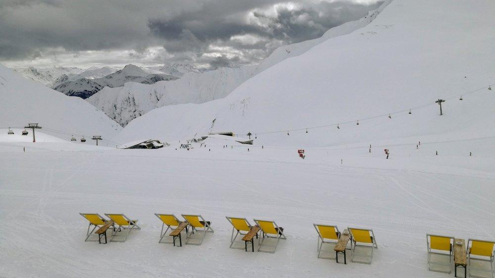 Leżaki przy restauracji Monte Mare (2430 m) czekają na słońce - Serfaus-Fiss-Ladis - © Tomasz Wojciechowski