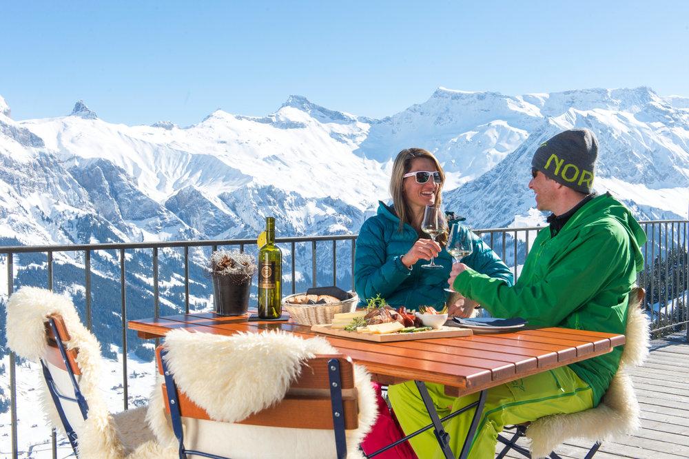 Prendre le temps de profiter de l'instant présent, confortablement installé en terrasse face à un panorama grandiose... - © Adelboden Tourismus / Stephan Boegli
