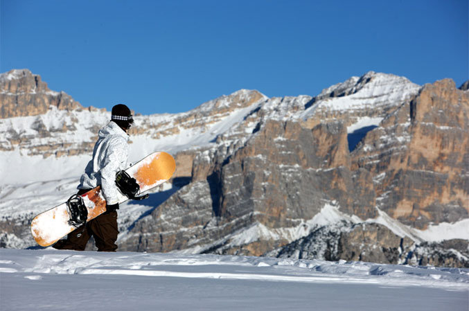 Snowboarder takes in the awesome scenery in Cortina d'Ampezzo, Italy - © Cortina d'Ampezzo