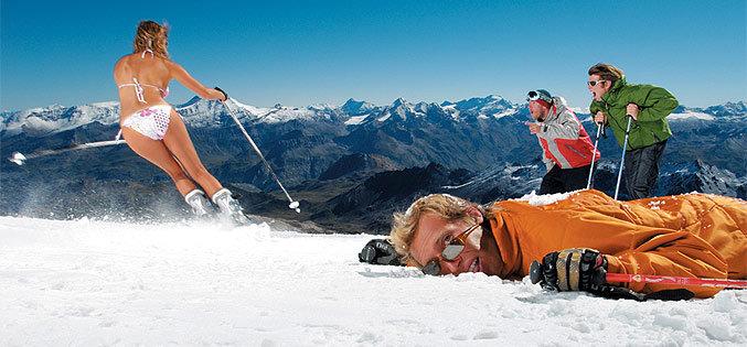 Zomerski in Tignes op de Grande Motte gletsjer: schaars gekleed de piste op - © Tignes