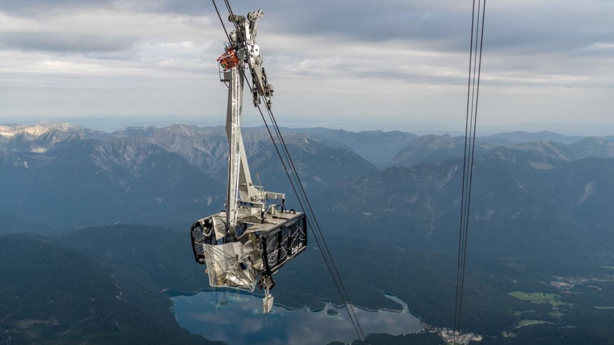 Der Aufprall muss heftig gewesen sein. Eine Gondel der Seilbahn Zugspitze ist schwer beschädigt. - © Bayerische Zugsptzbahn AG