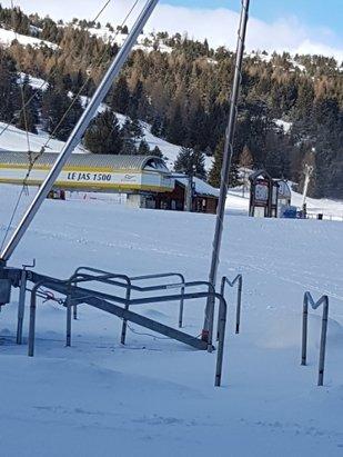 Superdevoluy / La Joue du Loup - station avec des des forfaits a 170 euros les 6 jours...1 er jour pas de neige on se demande a quoi servent les canons a neige...pistes vergla - © celui qui s est fait niq