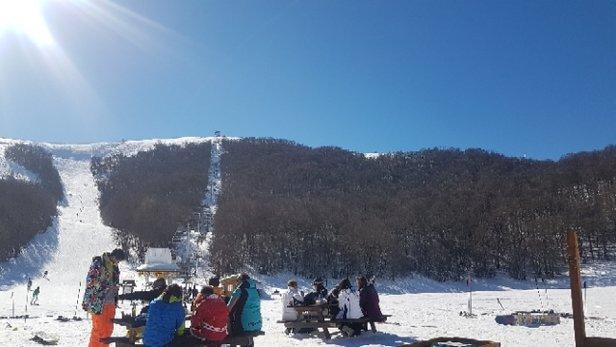 Campo Felice - Rocca di Cambio - Oggi sole e assenza di vento  buone condizioni e poca gente.neve fresca praticamente nulla  - © Anonimo