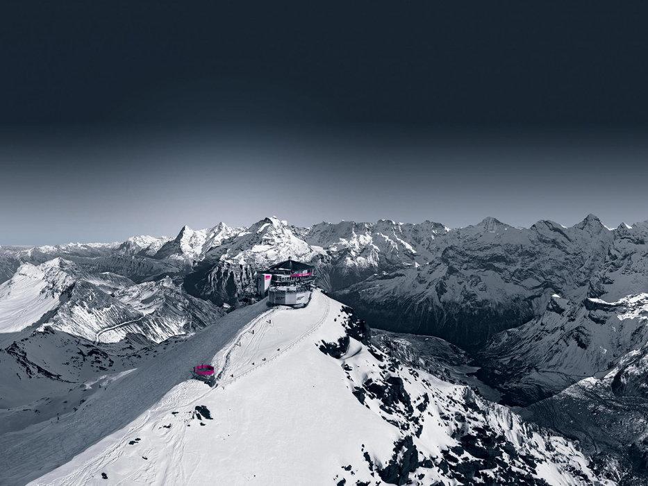 Das Drehrestaurant Piz Gloria liegt spektakulär auf einem Berggrat und bietet eine 360 Grad Rundumsicht