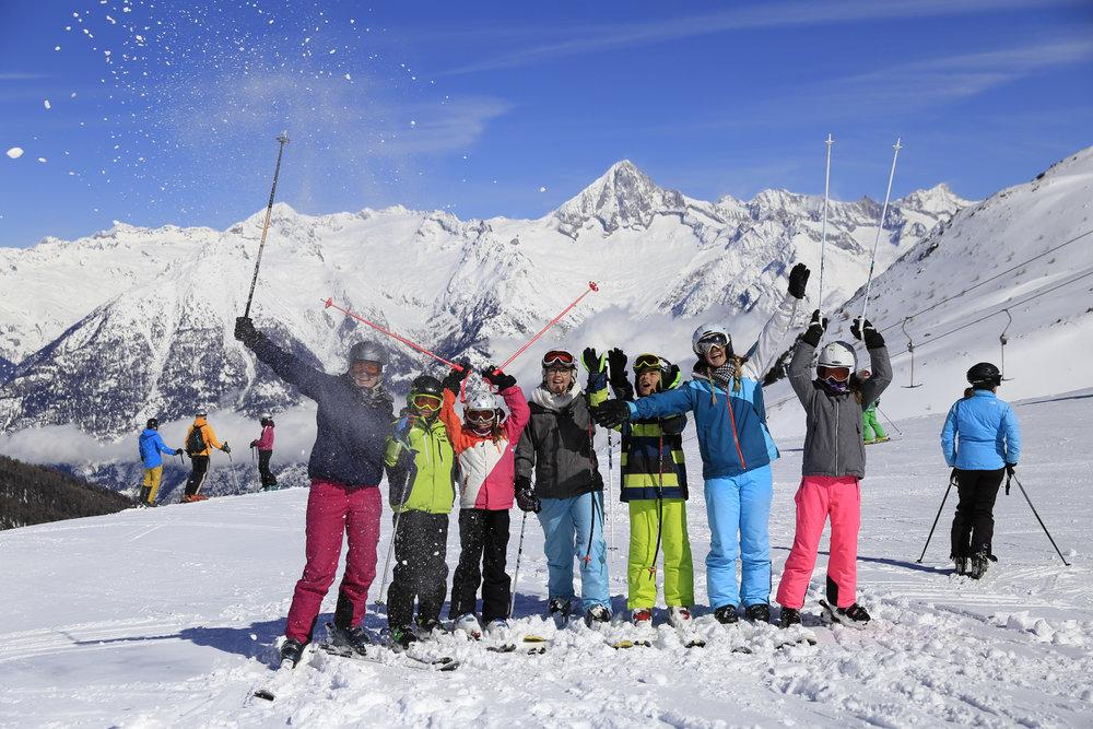 Skifahrer vor der Ginals Gruppe - © Unterbäch Tourismus