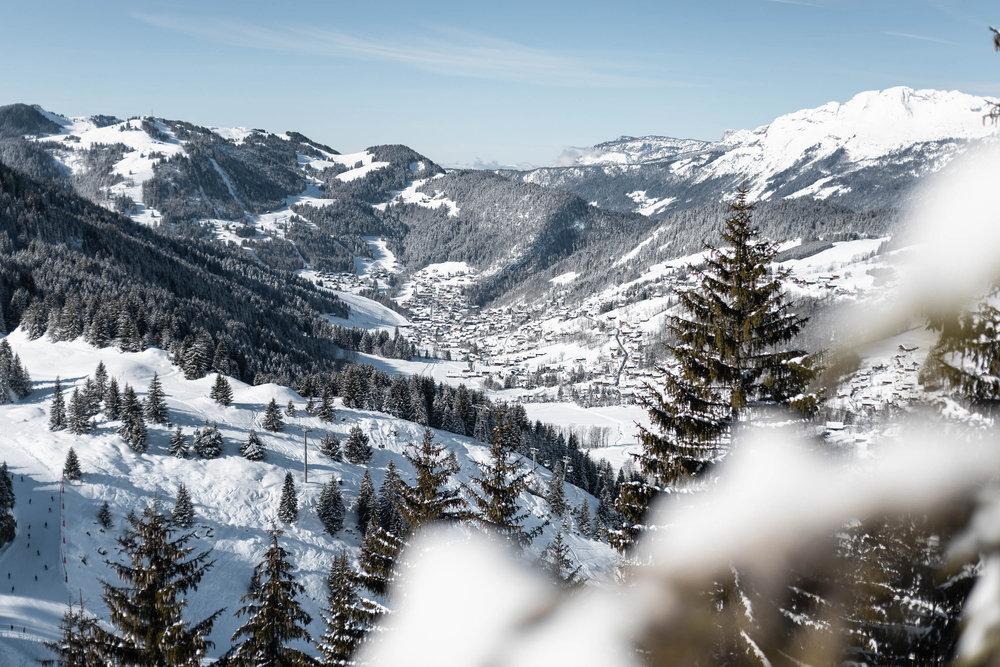 Ambiance et paysage hivernal avec vue sur la station de ski de la Clusaz et son domaine skiable - © Clément Hudry / OT La Clusaz