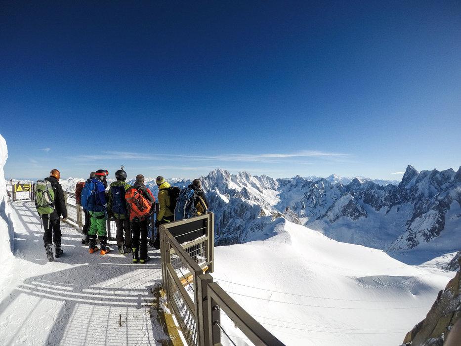 Depuis le sommet de l'Aiguille du Midi s'ouvre l'itinéraire de la Vallée Blanche - © Office de Tourisme Vallée de Chamonix - Salome Abrial