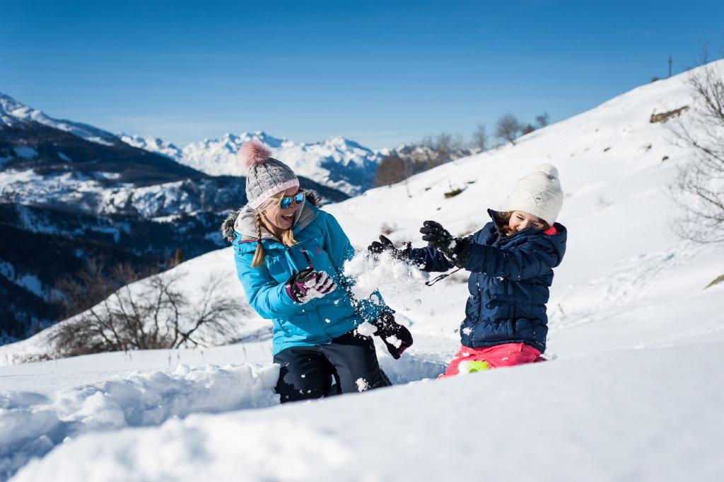 Plaisir simple mais toujours aussi immunable d'une bataille de boule de neige à Valmeinier... - © A. Pernet / OT de Valmeinier