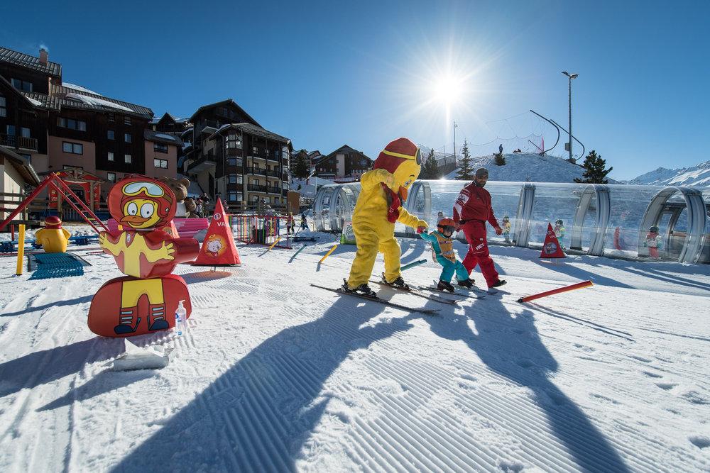 Apprentissage du ski au jardin des neige de Valmeinier. Espace délimité et sécurisé, pente douce et aménagements dédiés... Parfait pour découvrir les joies de la glisse ! - © A. Pernet / OT de Valmeinier